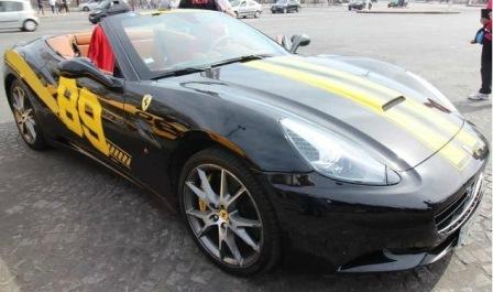 Ferrari dans les bouchons de Paris