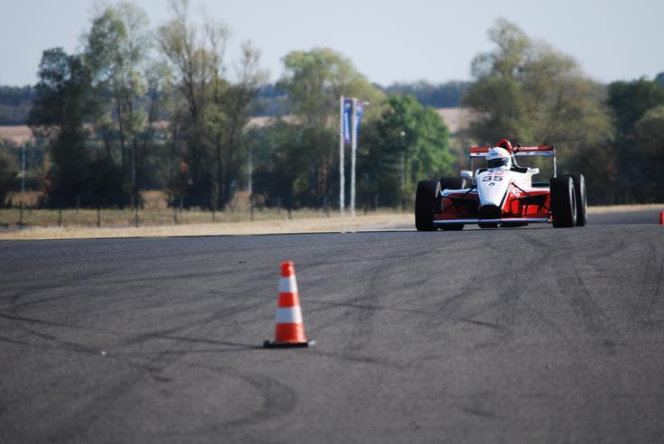 FR 2.0 en apporche d'un virage sur le circuit de Nevers Magny-Cours (piste club) avec LSP Pilotage