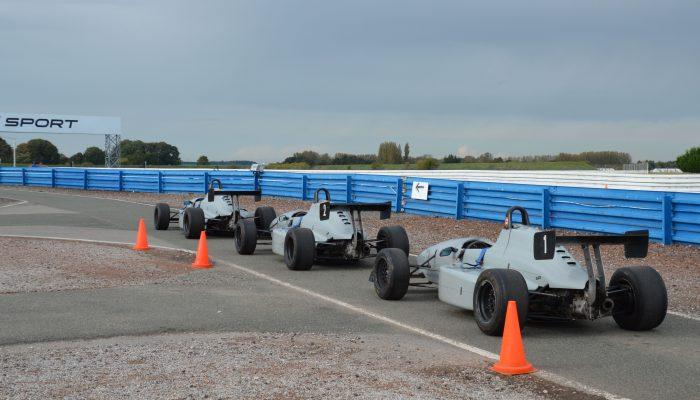 Les monoplaces n'attendent plus que les pilotes pour rouler sur le circuit d'Abbeville